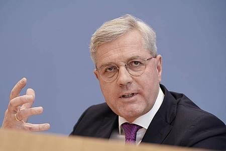 CDU-Politiker Norbert Röttgen, (CDU) ist für die Aufnahme Tausender Migranten in Deutschland. Foto: Michael Kappeler/dpa