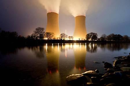 Wasserdampf steigt aus den Kühltürmen vom Kernkraftwerk Grohnde in Niedersachsen auf. Foto: Julian Stratenschulte/dpa
