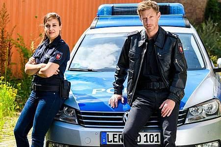 Die Polizisten Süher Özlügül (Sophie Dal) und Henk Cassens (Maxim Mehmet) ermitteln im hohen Norden. Foto: Willi Weber/ZDF/dpa