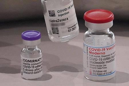 Links im Bild steht eine Impfdose vom Impfstoff Biontech, rechts im Bild steht eine Impfdose vom Impfstoff Moderna. Foto: Marcus Brandt/dpa