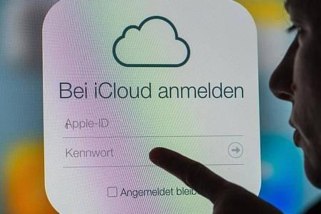 Nachdem Apples angekündigtes System zum Aufspüren kinderpornografischer Fotos Überwachungsängste geweckt hat, bessert der iPhone-Konzern nach. Foto: Armin Weigel/dpa