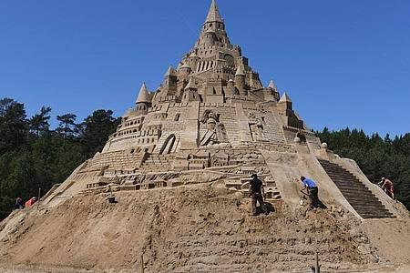 17,66 Meter Höhe misst die ?Größte Sandburg der Welt? in Binz auf Rügen. Foto: Stefan Sauer/dpa-Zentralbild/dpa