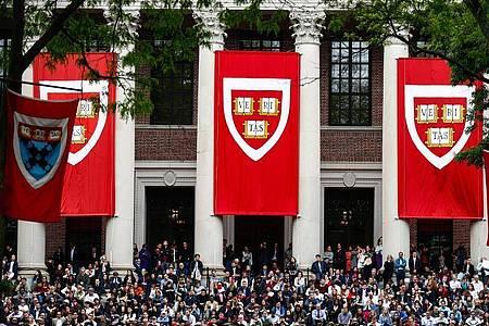 Studierende der Harvard Universität verfolgen im Mai 2019 die Rede von Bundeskanzlerin Merkel. Aufgrund des Coronavirus hat die Elite-Universität Harvard angekündigt, im Wintersemester alle Vorlesungen online abzuhalten. Foto: Omar Rawlings/dpa