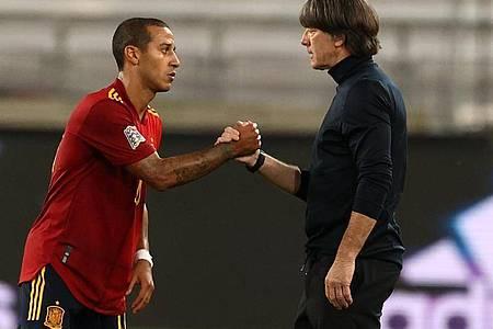 Der Spanier Thiago Alcantara und Bundestrainer Joachim Löw geben sich die Hand nach dem Spiel. Foto: Christian Charisius/dpa