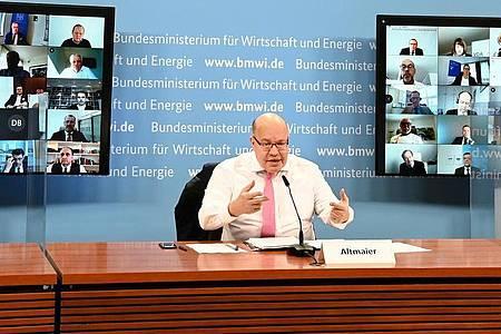 Minister im Verteidigungsmodus: Wirtschaftsverbände hatten die Politik wegen der schleppenden Umsetzung der Coronahilfen wiederholt kritisiert - jetzt sagte Altmaier Besserung zu. Foto: Andreas Mertens/BMWi/dpa