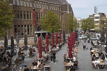 Gut besucht ist der Außenbereich einer Gaststätte in Utrecht. Foto: Peter Dejong/AP/dpa