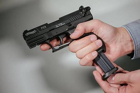 Rund 250 scharfe Waffen - darunter auch Kriegswaffen - hat die Polizei inSeevetal sichergestellt. Foto: Oliver Killig/dpa-Zentralbild/dpa
