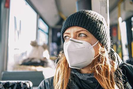 FFP2-Masken müssen eng anliegen. Nur dann bieten sich den erhofften hohen Schutz. Foto: Zacharie Scheurer/dpa-tmn