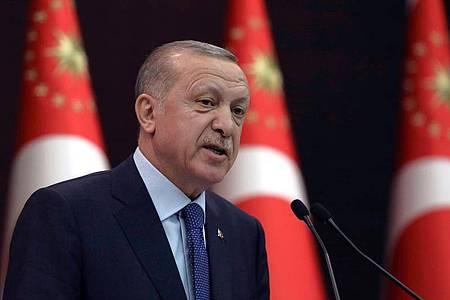 Recep Tayyip Erdogan, Präsident der Türkei, während einer Pressekonferenz. Foto: Burhan Ozbilici/AP/dpa