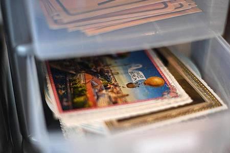 Erinnerungen auf Papier: Viele heben sich Postkarten und Briefe auf - manche bugsieren sie aber auch direkt in den Mülleimer. Foto: Ina Fassbender/dpa-tmn