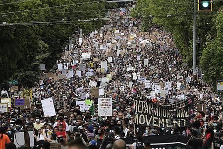 Demonstranten in Seattle gedenken dem Ende der Sklaverei in den USA. Foto: Ted S. Warren/AP/dpa