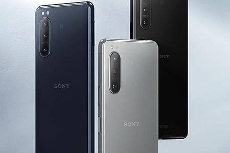 Blau, Grau und Schwarz: In diesen Farben verkauft Sony sein neues Smartphone-Modell Xperia 5 II (900 Euro). Foto: Sony/dpa-tmn