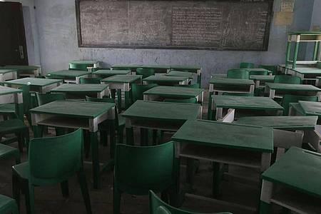 Tische und Stühle in der Government Girls Secondary School in Jangebe. Foto: Sunday Alamba/AP/dpa
