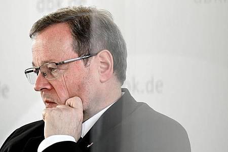 Aktuell blockiere die katholische Kirche vielen den «Zugang zum Glauben», kritisiert Kardinal Georg Bätzing in seiner Oster-Predigt. Foto: Sascha Steinbach/EPA Pool/dpa