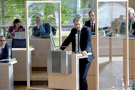 Daniel Günther (CDU, M), Ministerpräsident von Schleswig-Holstein gibt eine Erklärung zur Lockerung der Corona-Regelungen ab. Foto: Carsten Rehder/dpa
