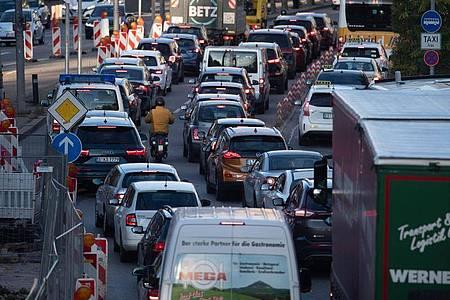 Autos stehen in der Stuttgarter Innenstadt im Stau. Greenpeace erwartet wegen der Corona-Krise mehr Verkehr. Foto: Marijan Murat/dpa
