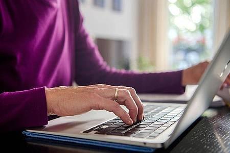 Die Deutschen verbringen heute mehr als doppelt so viel Zeit im Internet wie 2015. Foto: Finn Winkler/dpa