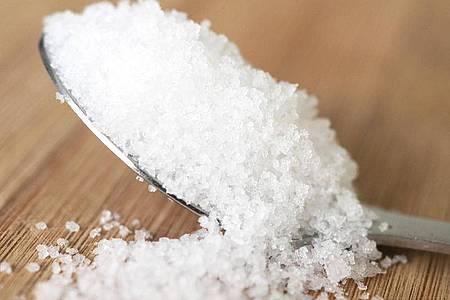 Salz ist wichtig für den Körper - mehr als ein Teelöffel am Tag sollte es aber nicht sein. Foto: Robert Günther/dpa-tmn