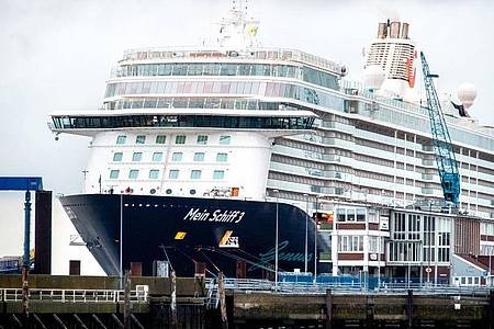Das Kreuzfahrtschiff «Mein Schiff 3» der Reederei TUI Cruises im Cuxhavener Hafen. Foto: Hauke-Christian Dittrich/dpa
