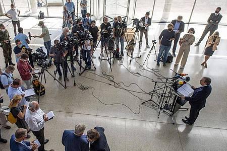 Armin Laschet, Ministerpräsident von Nordrhein-Westfalen, spricht auf einer Pressekonferenz im Gütersloher Kreishaus. Erneut sollen mobile Teams Abstriche bei Haushaltsangehörigen von Tönnies-Mitarbeitern machen. Foto: David Inderlied/dpa