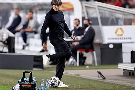 Elegant gestoppt: Bundestrainer Joachim Löw. Foto: Christian Charisius/dpa