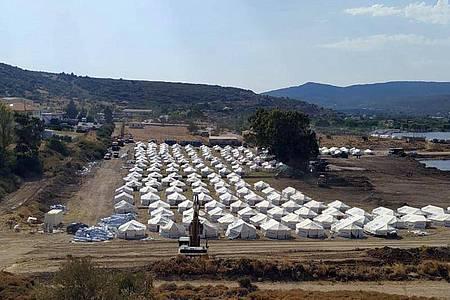 Bis auf Weiteres soll ein Großteil der Migranten auf Lesbos in neuen Zelten untergebracht werden. Foto: -/Migrationsministerium/dpa