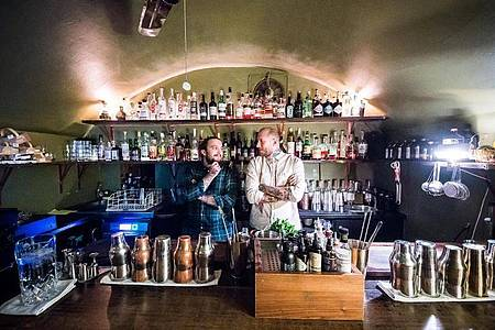 Barkeeper Joshua Besemer (l) und Barmanager Michele Heinrich in der Frankfurter «Kinly Bar». Foto: Andreas Arnold/dpa