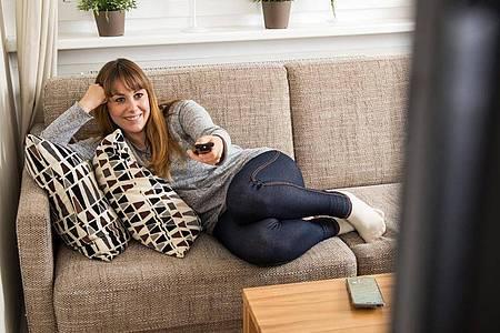 Wer einen großen bis mittelgroßen Fernseher kaufen will, muss für gute Modelle nicht mehr zwingend tief in die Tasche greifen. Foto: Christin Klose/dpa-tmn
