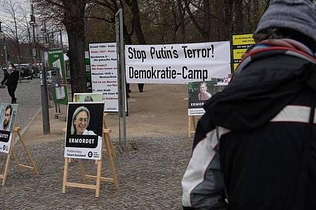 «Stop Putin`s Terror!» steht auf einem Transparent am Camp unweit des Brandenburger Tors in Berlin. Foto: Paul Zinken/dpa-Zentralbild/dpa