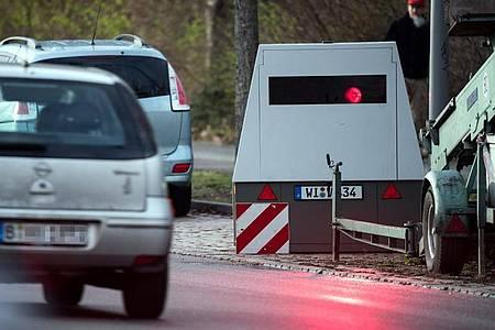 Ein Auto fährt an einem mobilen Blitzwagen, einem Geschwindigkeitsmessanhänger der Marke Votronic, vorbei. Foto: Bernd von Jutrczenka/dpa