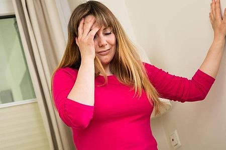Ein Schlaganfall kann jeden treffen. Um mögliche Symptome zu erkennen, hilft der sogenannte FAST-Test. Foto: Christin Klose/dpa-tmn
