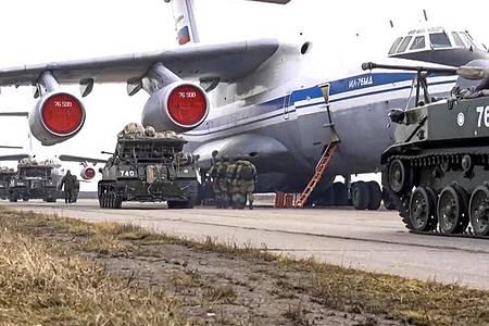 Das vom Pressedienst des russischen Verteidigungsministeriums veröffentlichte Foto zeigt russische Militärfahrzeuge, die während der Manöver auf der Krim in ein Flugzeug geladen werden sollen. Foto: ---/Russian Defense Ministry Press Service/AP/dpa