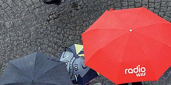 Roter Regenschirm von Radio WAF