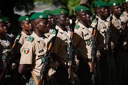 Soldaten der malischen Streitkräfte treten im EUTM-Ausbildungszentrum an. Foto: Arne Immanuel Bänsch/dpa