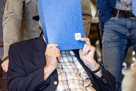 Der wegen Beihilfe zum Mord in 5230 Fällen angeklagte 93-Jährige hat vor Gericht um Entschuldigung gebeten. Foto: Axel Heimken/dpa-Pool/dpa