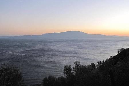 Von der Küste von Behramkale (auch bekannt als Assos) ist die griechische Insel Lesbos zu erkennen. Behramkale gehört zum Landkreis Ayvacik, von hier aus fahren die meisten Flüchtlingsboote los. Foto: picture alliance / dpa