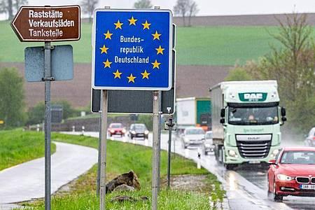 """Ein Schild mit der Aufschrift """"Bundesrepublik Deutschland"""" steht an der deutsch-tschechischen Grenze. Foto: Armin Weigel/dpa"""