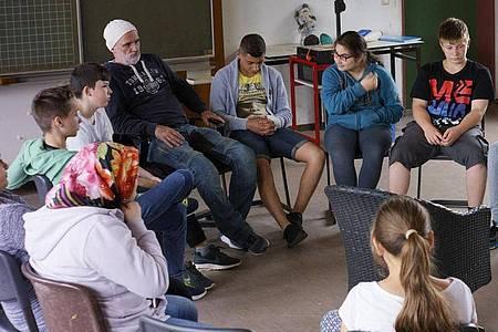 Dieter Bachmann und die Schülerinnen und Schüler der Klasse 6 B. Foto: -/Madonnen Film/dpa