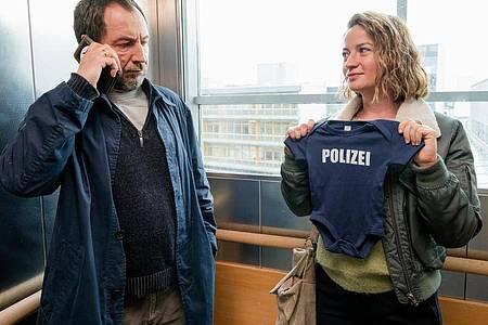 Theresa Wolff (Nina Gummich) begleitet Hauptkommissar Robert Brückner (Thorsten Merten) zur Geburt seines Kindes. Foto: Steffen Junghans/ZDF/dpa