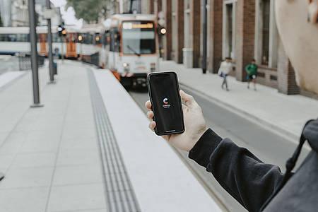 Smartphone mit Corona-Warn-App
