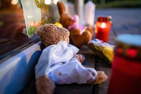 Stofftiere und Kerzen vor dem Eingang der Kindertagesstätte in Viersen. Foto: Marcel Kusch/dpa