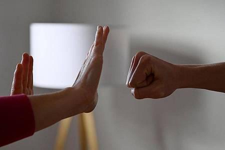 Hat der Lockdown zu mehr Fällen von häuslicher Gewalt geführt? Die ersten Zahlen zeichnen ein uneinheitliches Bild für die Gesamtsituation in Deutschland. Foto: Frank May/picture alliance/dpa