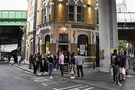 Briten lieben ihre Pubs. Ab Donnerstag müssen sie sich jedoch mit einer frühen Sperrstunde abfinden. Foto: Alberto Pezzali/AP/dpa