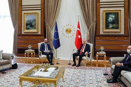 Dieses vom Europäischen Rat zur Verfügung gestellte Foto zeigt den türkischen Präsidenten Recep Tayyip Erdogan (2.v.r) und den türkischen Außenminister Mevlut Cavusoglu (r) während eines Treffens mit EU-Kommissionspräsidentin Ursula von der Leyen (l) und EU-Ratspräsident Charles Michel. Foto: Dario Pignatelli/European Council/dpa