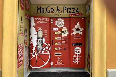 Der Pizza-Automat «Mr. Go» in Rom. Foto: Johannes Neudecker/dpa