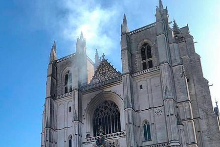 In der Kathedrale der westfranzösischen Stadt Nantes ist ein Feuer ausgebrochen. Foto: Laetitia Notarianni/AP/dpa