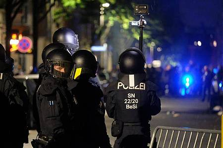 Polizisten sichern während einer linken Demonstration eine Straße. Mehrere hundert Menschen protestierten gegen die Räumung eines besetzten Hauses im Leipziger Osten. Foto: Sebastian Willnow/dpa-Zentralbild/dpa