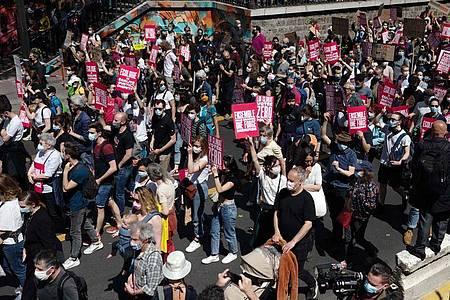 Protest in Paris gegen das aus Sicht der Demonstranten unzureichende Klimaschutzgesetz der französischen Regierung. Foto: Martin Bureau/AFP/dpa