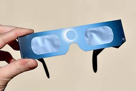 Sonnenfinsternis-Brillen haben spezielle Filterfolien, die die Augen schützen. Foto: Ralf Hirschberger/dpa-Zentralbild/dpa-tmn