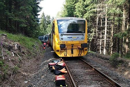 Rettungskräfte inspizieren am Unglücksort die Züge. Foto: -/Staatliche Eisenbahnverwaltung Tschechiens (S?DC)/dpa